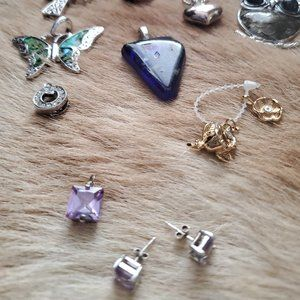 Jewelry - Box of jewelery pendants and brooches